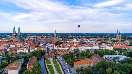 Heißluftballon über der Lübecker Altstadt