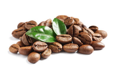 Papiers peints Salle de cafe Roasted coffee beans and fresh green leaves on white background