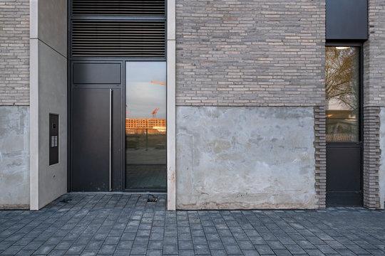 Hauseingang Tür mit Glaseinsatz