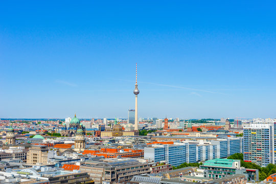 The picture shows the city of Berlin from the Weltballon with a view of the Berliner Fernsehturm at Alexander Platz.
