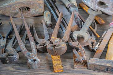 altes Werkzeug auf einer alten Werkbank
