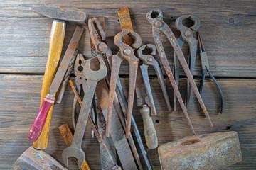 Sammlung alter Werkzeuge auf einer alten Werkbank