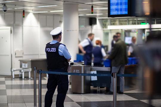 Polizist am Flughafen, Gepäckabfertigung, Kontrolle
