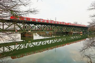 Eisenbahnbrücke über Fluss, Sanierungsfall und Erneuerungsbedürftig
