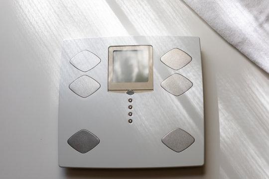 朝の体重計とバスタオル