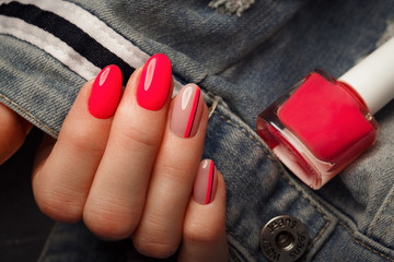 Poster de jardin Manicure Bright neon manicure on female hands on the background of jeans. Nail design. Beauty hands.
