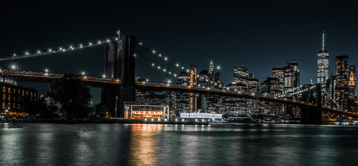 Fototapeten Brooklyn Bridge Brooklyn Bridge with tranquil waters and the city in the background