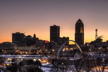 Des Moines skyline accros frozen Des Moines River. Des Moines Iowa USA.