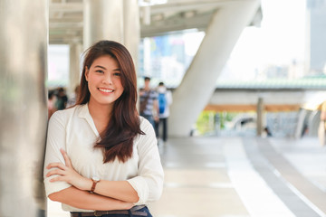 Portrait of young charming Asian businesswoman cross her arm with smile on face Fototapete