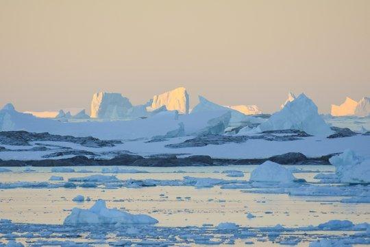 Levé de soleil en Antarctique