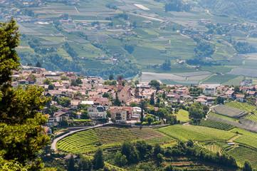 Dorf Tirol, Kirche, Weinberge, Wanderweg, Obstbäume, Vinschgau, Südtirol, Sommer, Italien