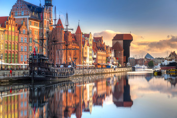 In de dag Schip Gdansk with beautiful old town over Motlawa river at sunrise, Poland.