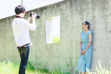 写真を撮るカップル