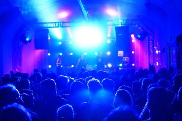 Bühne und Publikum in blauem Scheinwerferlicht