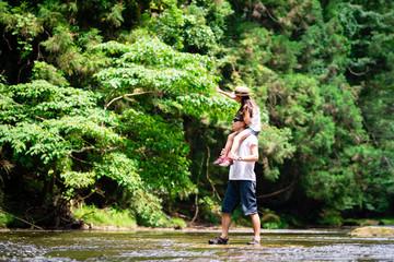 川で遊ぶ父と娘