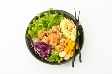 poke bowl, Reis, roher Lachs, Avocado, Salat, Mango, Blaukraut, Frühlingszwiebel auf weissem Untergrund, Freisteller, Draufsicht