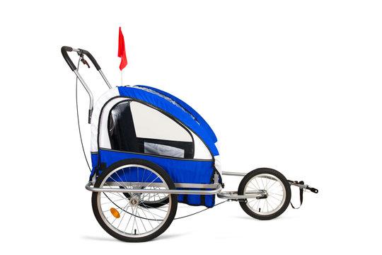 Remolque para niños para enganchar en una bicicleta sobre fondo blanco aislado. Vista de frente. Copy space