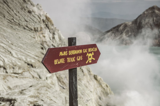 sign on mount ijen with beware of toxic gas
