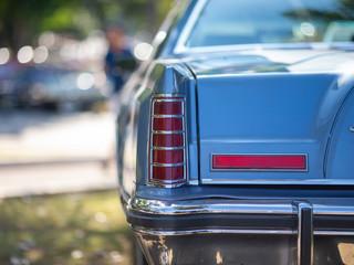 Traseira de Carro Antigo não identificado. Aparentemente um Lincoln Continental