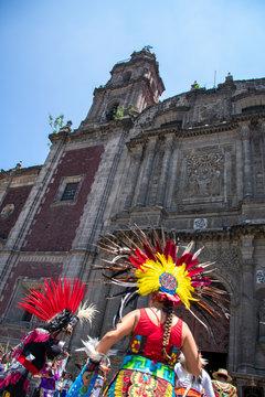Danzantes aztecas y rituales indígenas afuera de iglesia católica