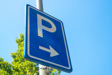 Dutch road sign park on right