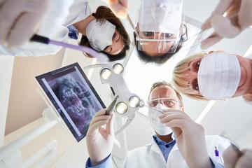 Ärzteteam in der Zahnklinik der Kieferchirurgie