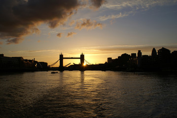 Vue du London Bridge à Londres sous un couché de soleil