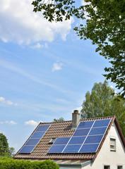 Kleines Wohnhaus mit Solarkollektoren