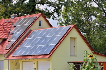 Solarzellen auf Hausdach und Garage