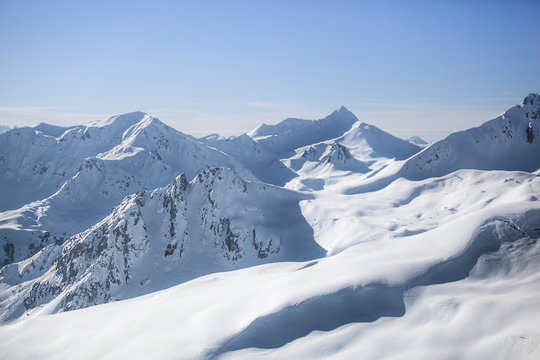 Vue aérienne de paysage montagneux enneigés dans les alpes