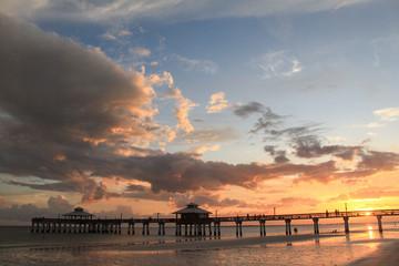 Abendhimmel über dem Pier in Fort Myers Beach