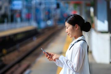 駅・スマートフォン・女性