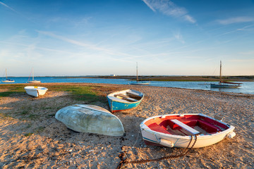 Fototapete - Boats on the beach at West Mersea