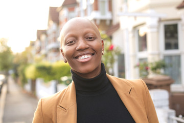 Beautiful bald woman smiling a lot Fototapete