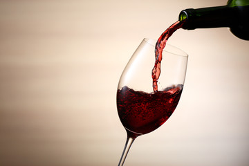 赤ワインをそそぐ
