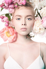 Photo sur Plexiglas womenART Young beautiful woman with bouquet of roses. Professional art makeup.