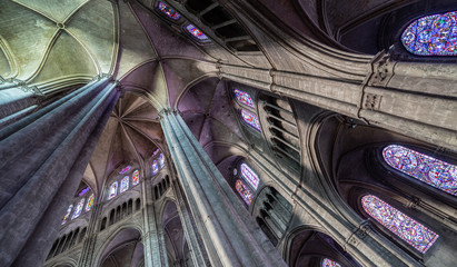 Light and organic structure  in the cathedral of Bourges