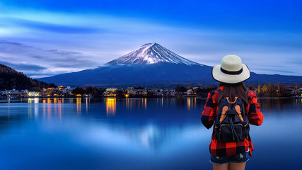 Wall Mural - Woman traveler with backpack looking to Fuji mountains in Japan.