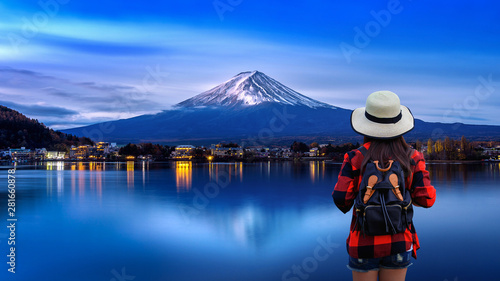 Wall mural Woman traveler with backpack looking to Fuji mountains in Japan.