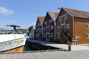 alte Lagerhäuser im Hafen von Rognan Norwegen