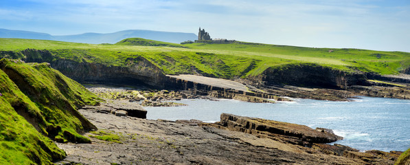 Spectacular view of Mullaghmore Head with huge waves rolling ashore. Picturesque scenery with magnificent Classiebawn Castle. Wild Atlantic Way, County Sligo, Ireland Fototapete