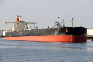 schwarzer Supertanker im Hafen