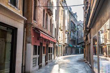 Fototapeten Schmale Gasse Narrow Street In Venice, Italy