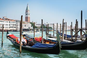 Türaufkleber Gondeln Gondolas And Bell Tower In Venice, Italy