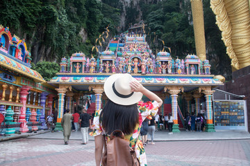 Photo sur Aluminium Kuala Lumpur A tourist woman is sightseeing at Batu cave Hindu temple in Kuala Lumpur, Malaysia.