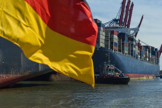 Containerschiff am Containerterminal Deutschland Flagge Export Freihandel Wirtschaft
