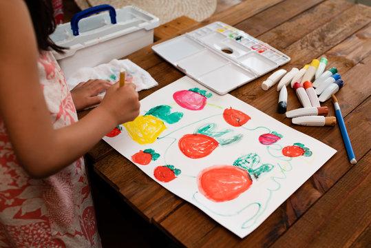 絵の具で絵を描く女の子