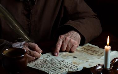Schrift im Mittelalter, Hände schreiben alten Brief
