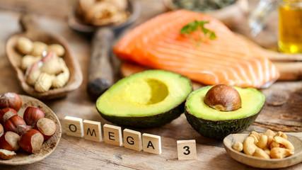 sélection de produits riche en oméga 3 (table rustique bois)