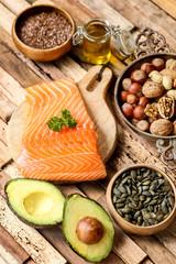 sélection saumon, avocat et graines (table bois flotté moderne)